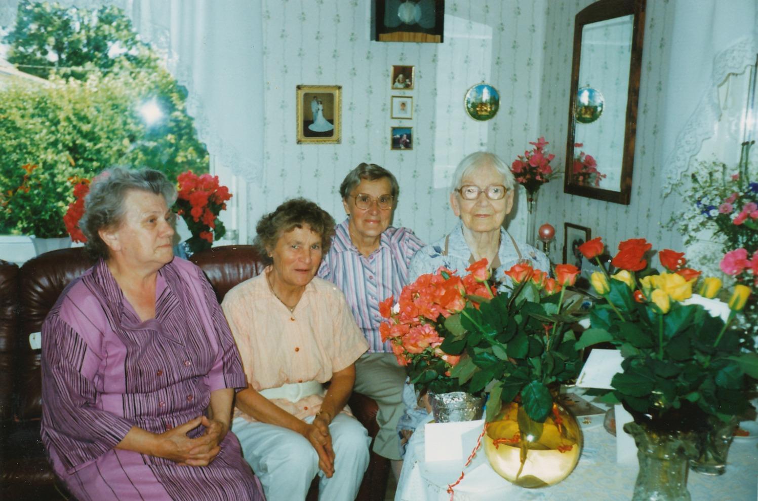 År 1989 fyllde Elvira Nelson t.h. 90 år och uppvaktades av fr.v: Ellen Skogman, Helga Grönroos och Ingeborg Lindblad. Fotot lånat av Annel Nyholm.