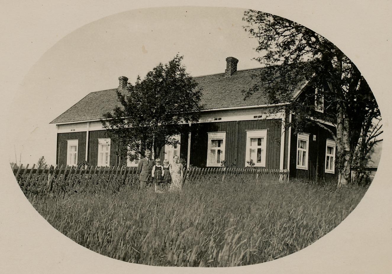 Artur Mitts sålde gården vid flottbron år 1932 åt Georg och Elna Lindedahl från Härkmeri. Detta foto är taget av Arthur Lövholm i mitten på 1930-talet och flickorna med folkdräkter är Karin, gift Storhannus och Elisabeth, gift Svensson.