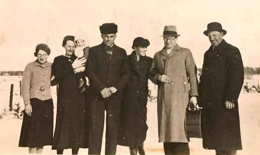 På fotot från 1937 från vänster Evy Nygren, Ines Rosenback med Dick i famnen, Anselm Wiklund, Alhild Forslin, Bertel Forslin och Axel Forslin.