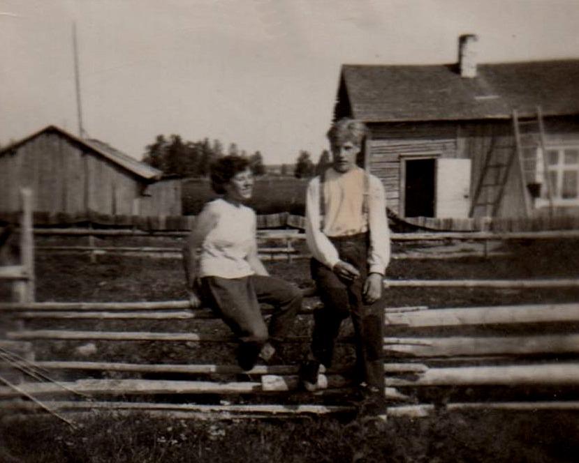 Här sitter Hemmings dotter Helga tillsammans med grannen Tor Vidberg. Stugan i bakgrunden är den som Hemming byggde i början på 30-talet i Nystad men som senare revs.