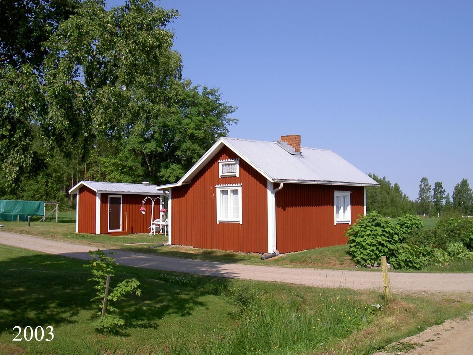 Så här såg Hemming Lövholms stuga ut år 2003. Det var ju den här som han byggde åt sig själv ungefär 1952 medan hustrun Martta bodde högre upp mot skogen tillsammans med barnen. Fotot taget från öster.