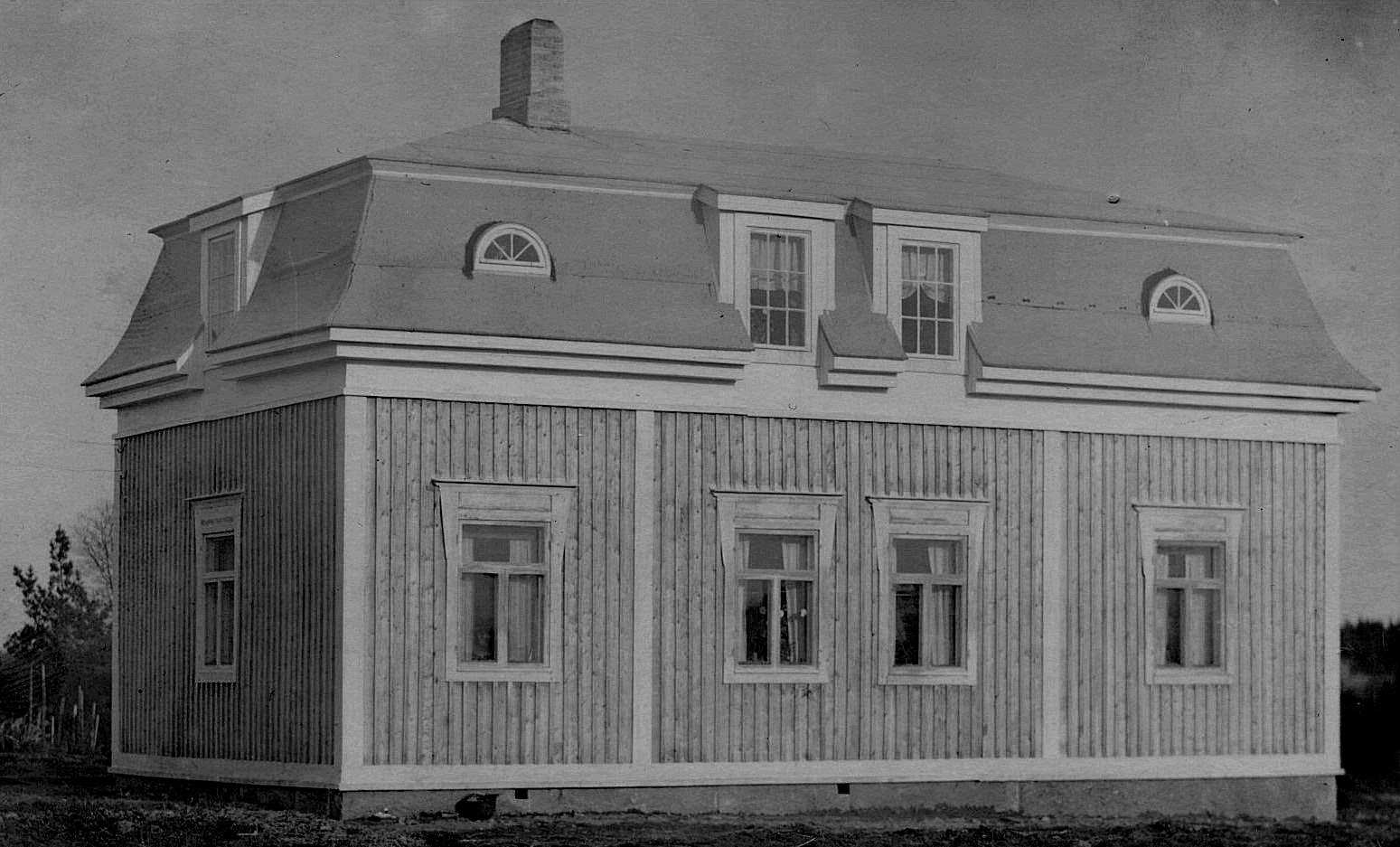 En arkitekt från Närpes gjorde ritningarna till denna gård i slutet på 1920-talet. Huset försågs redan då med centralvärme och innetoalett, den första i Dagsmark. Också på vinden finns det flera rum.