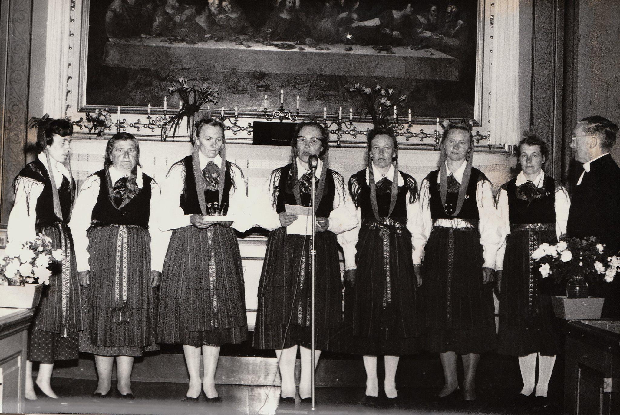 Marthaföreningarna i Lappfjärd överräckte en brudkrona till Lappfjärds församling 15.7. 1962. Från vänster Astrid Lindh Härkmeri, Ellen Fröberg Perus, Alice Hermans Lappfjärd som designade kronan, Gunnel Smeds Lappfjärd, Ines Tasanko Korsbäck, Astrid Lindström Låhlby, Jenny Backlund Dagsmark. Kronan mottogs av prosten Rafael Lindholm och tillverkades av guldsmed Selim Löfgren i Vasa.