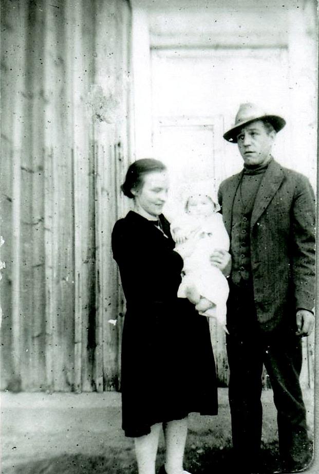 Här står Martta och Hemming Lövholm med sin första dotter Rakel, som föddes 1929.