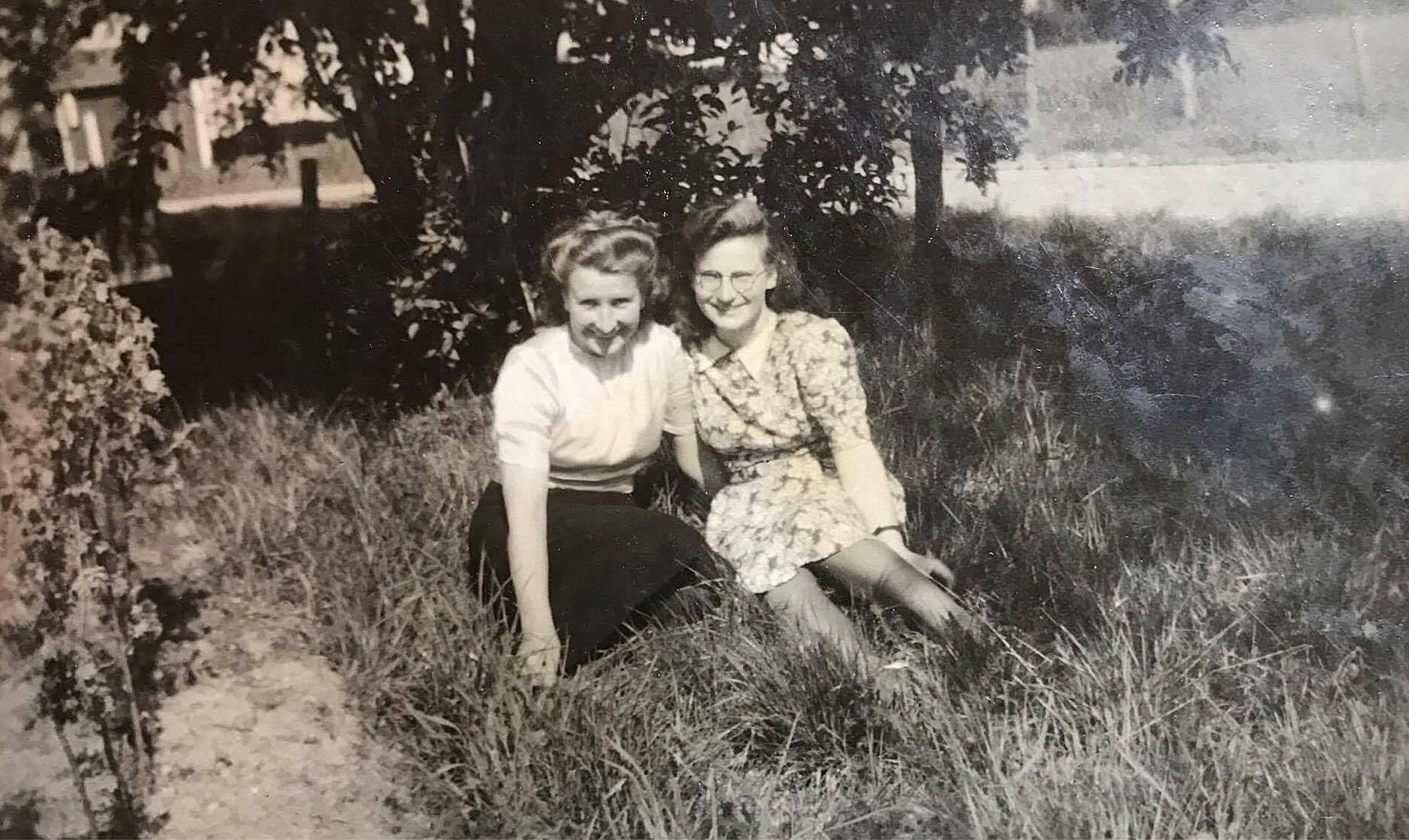 I gräset sitter Mildrid, senare Klåvus tillsammans med systern Evy, senare Nygren.