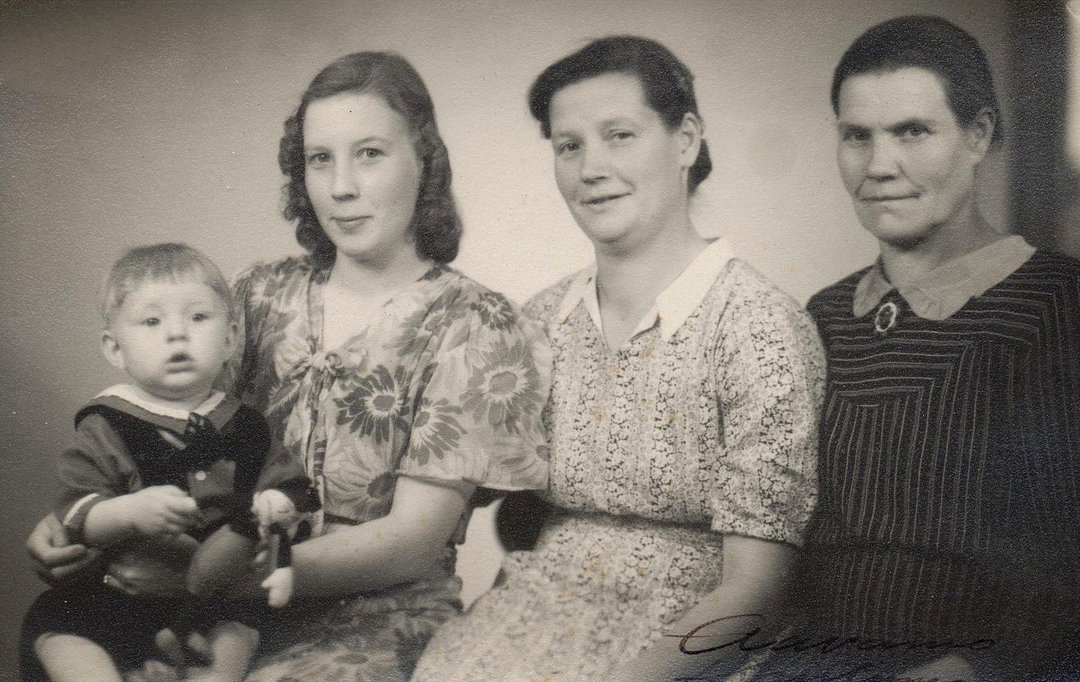 Det var inte riktigt vanligt med 4 generationer på samma foto i slutet på 1940-talet men här sitter lilla Olavi Niemi i famnen på mamma Elvi. Bredvid Elvi sitter mor Helmi Lövholm och till höger Elvis mormor.