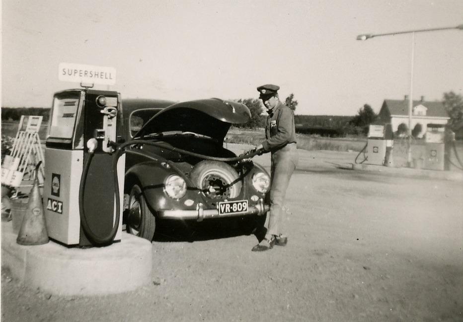 Då Hindsin i slutet på 50-talet byggde en ny servicestation i Lålby, så blev Arne Lövholm den första innehavaren. Rune Sjöström tog sedan över Shellstationen efter ca 10 år och då startade Arne en däckfirma på den nuvarande ABC-tomten.