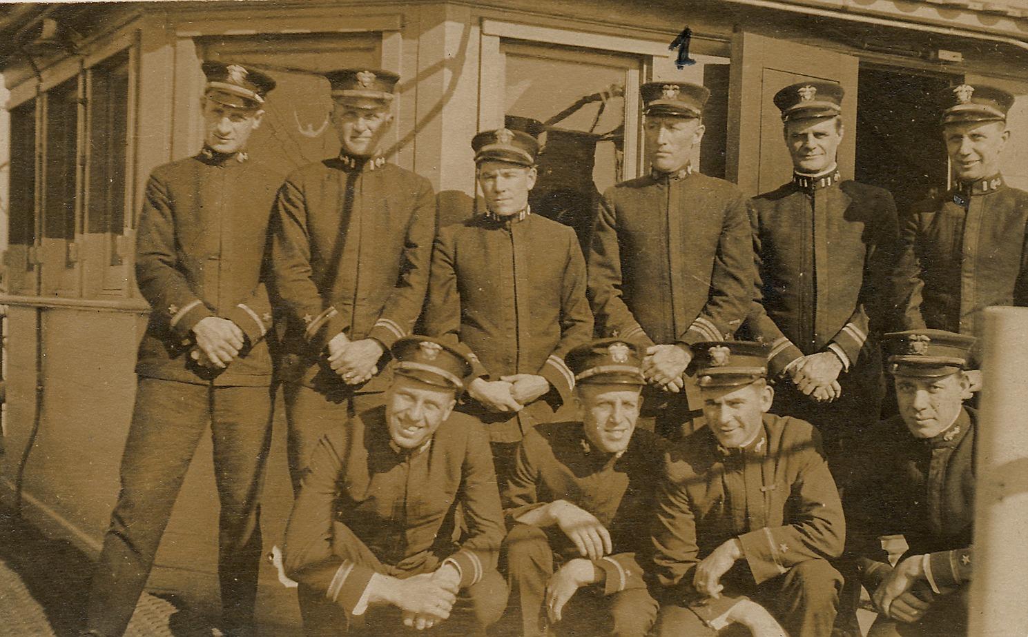Här en grupp amerikanska officerare i den amerikanska flottan under första världskriget. Nils Nelson uppe, tredje från höger.