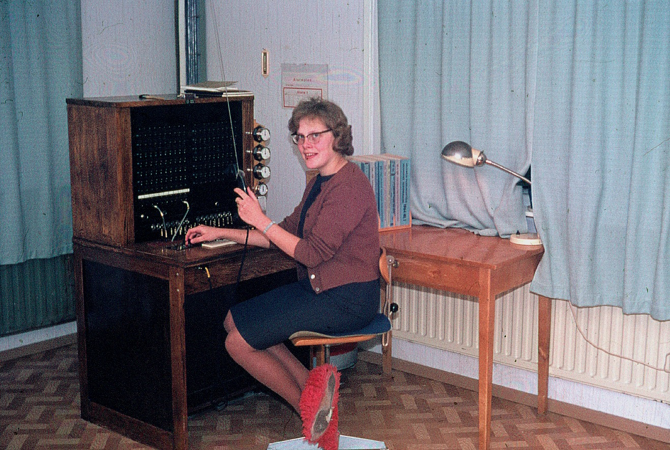 Här sitter Annel Nyholm och kopplar samtal vid centralbordet.