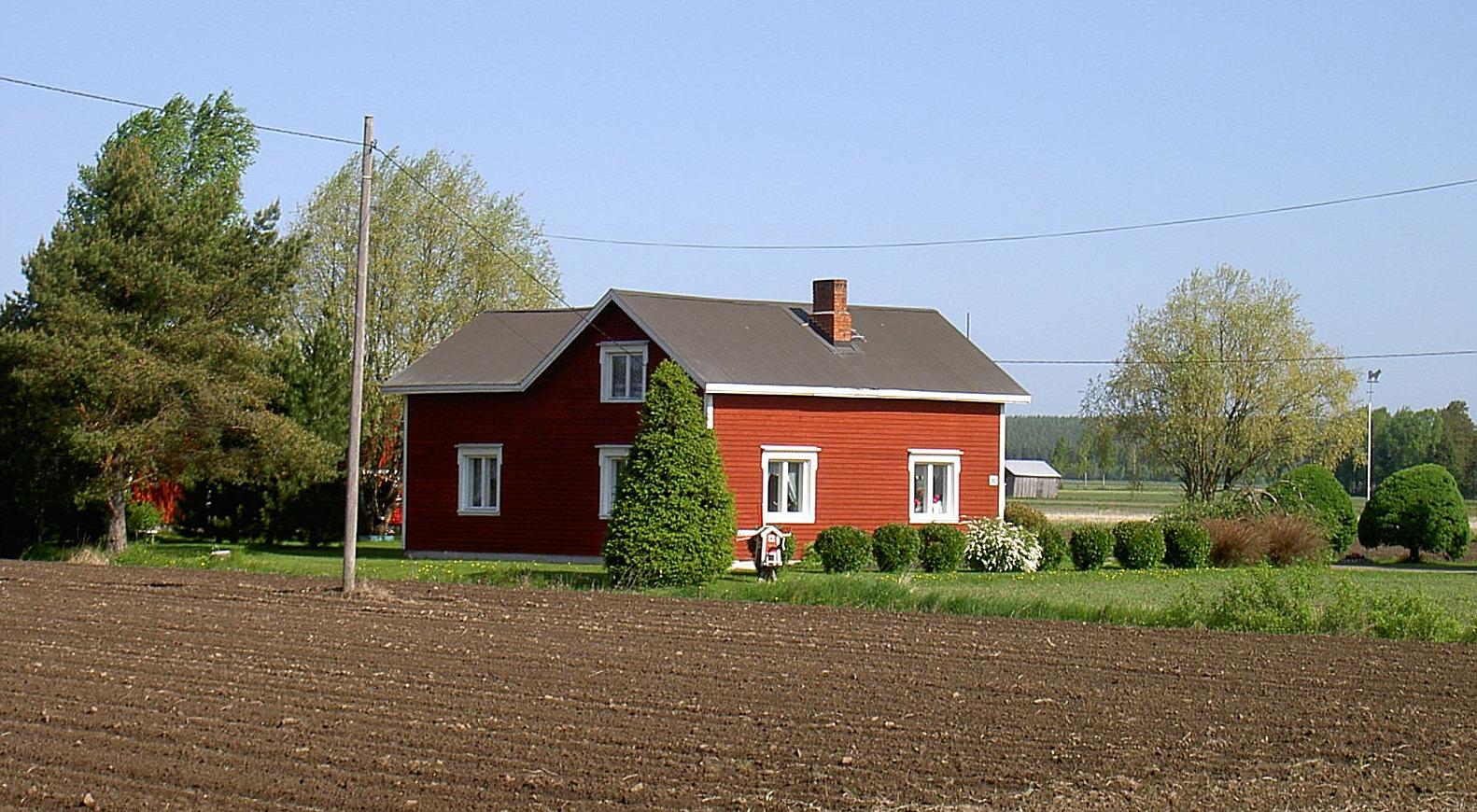 Klemets Nils och Helvis gård fotograferad 2003 från landsvägen, alltså från söder.