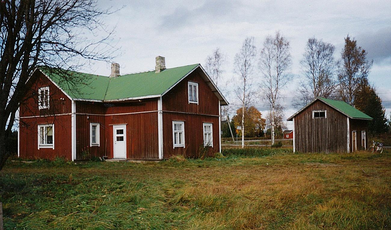 Så här såg Santamäkis gård ut 1998 strax före den revs, fotot taget från väster av Helvi Klemets.