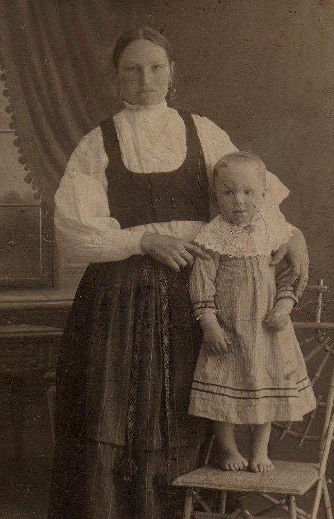 På fotot Ida Strömberg tillsammans med dottern Signe, som senare skulle ta över hemgården.