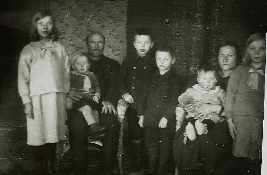 Fr.v. Sylvi, gift Blomqvist, Johannes med Pauli i famnen, Alvar, Jarl, Hilma sittande med Aarre i famnen och längst till höger Elvi, som dog ung. Fotot från 1932 eller 1933.