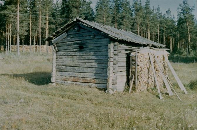 Hilda Myllyniemi, som år 1927 gifte sig med Knut Santamäki var född i Ohriluoma år 1902 i bastun på bilden. Familjen Myllyniemi flyttade år 1917 till Åbackan i Dagsmark. Bastun är numera nedriven.