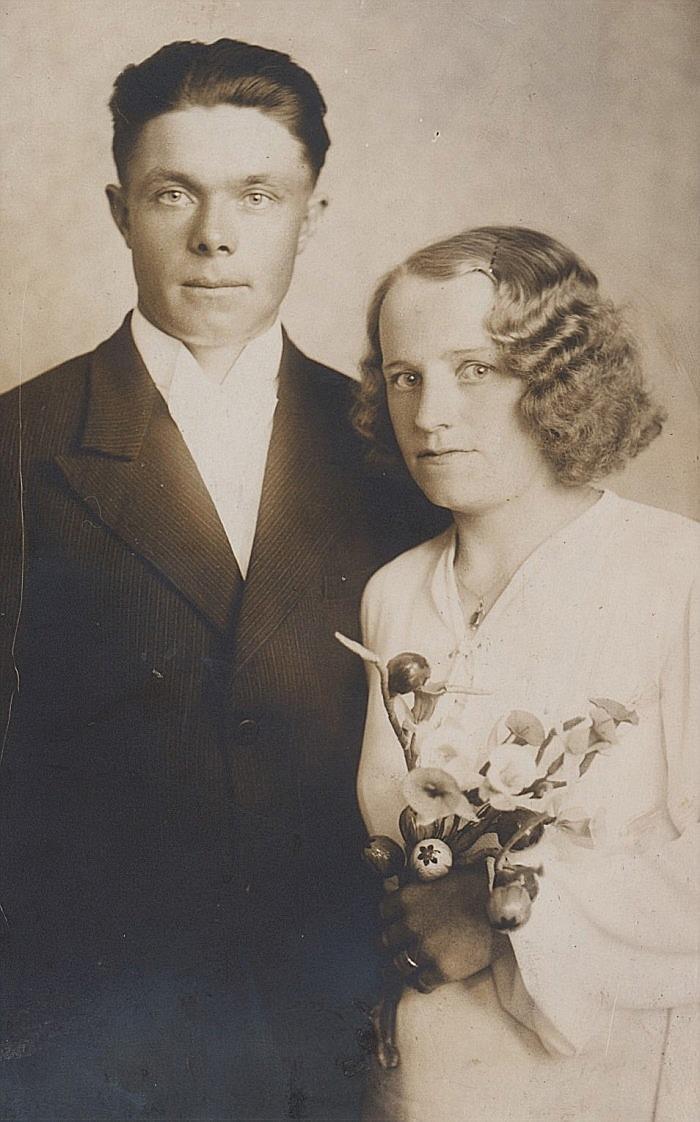 Här på bröllopsfotot från sommaren 1938 står Frans och Elna Lindfors.