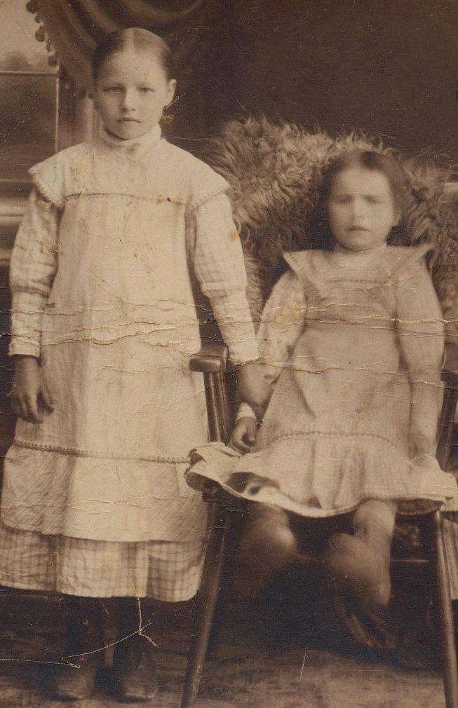 På fotot Signe Strömberg med sin syster Elin.