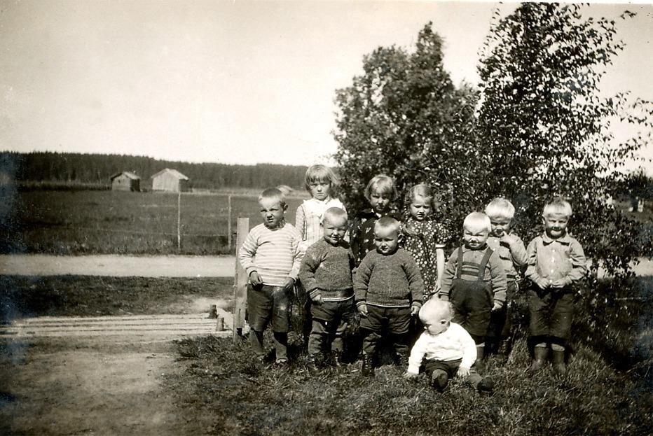 Flickorna i bakre raden fr. v. Helvi Santamäi, Eila Kujakoski och Aino Koivumäki. Pojkarna fr.v. Pertti Santamäki, Keijo Santamäki, Kauko Santamäki, sittande Raimo Rajalehto, Jouko Rajalehto, Aarre Hällback och längst till höger Pauli Hällback.