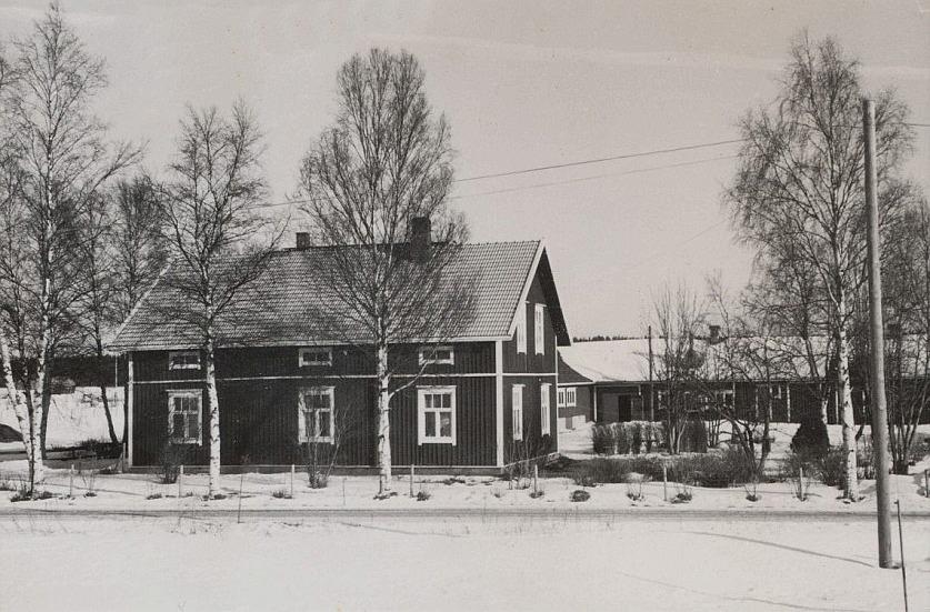 Det var alltså i det här huset som Johannes började snickra fönster, dörrar och mycket annat. En tid var han i bolag med yngre brodern Urho men Urho flyttade i början på 1940-talet till Kronoby och blev snickare där och sedan flyttade han till Vasa och byggde hus och snickeri åt sig på Högbacken.