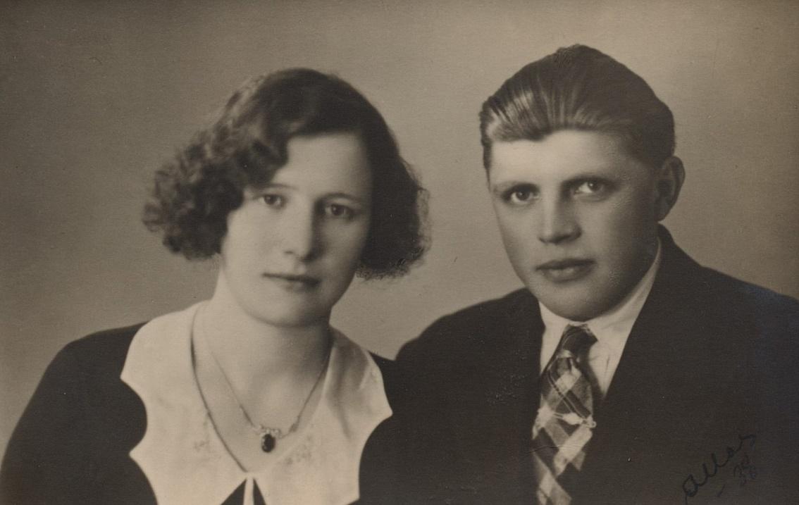 Här Signe Strömberg som år 1938 gifte sig med Eliel Holmberg från Härkmeri.