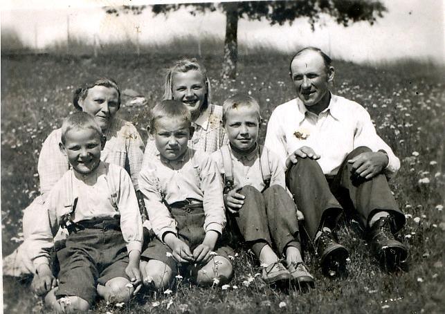 På bilden ses hela familjen Santamäki: Oskar och Hilda med barnen Helvi (f. 1928), Pertti (f. 1931) och tvillingarna Keijo och Kauko (f. 1933).