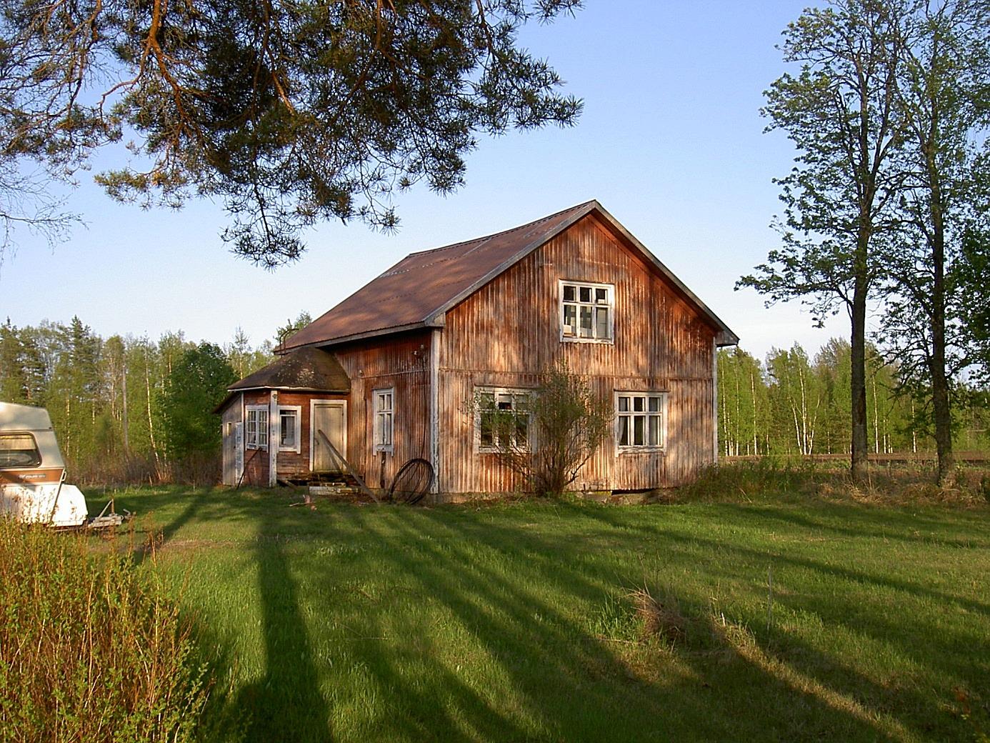 Det här huset byggde Frans och Elna Lindfors år 1945, på samma ställe där den gamla bondgården stod. Timmer från den gamla gården användes vid bygget. Dottern Marlene föddes i detta hus julen 1946, hon gifte sig i januari 1967 med Håkan Utfolk från Påskmark och har sedan dess bott där.