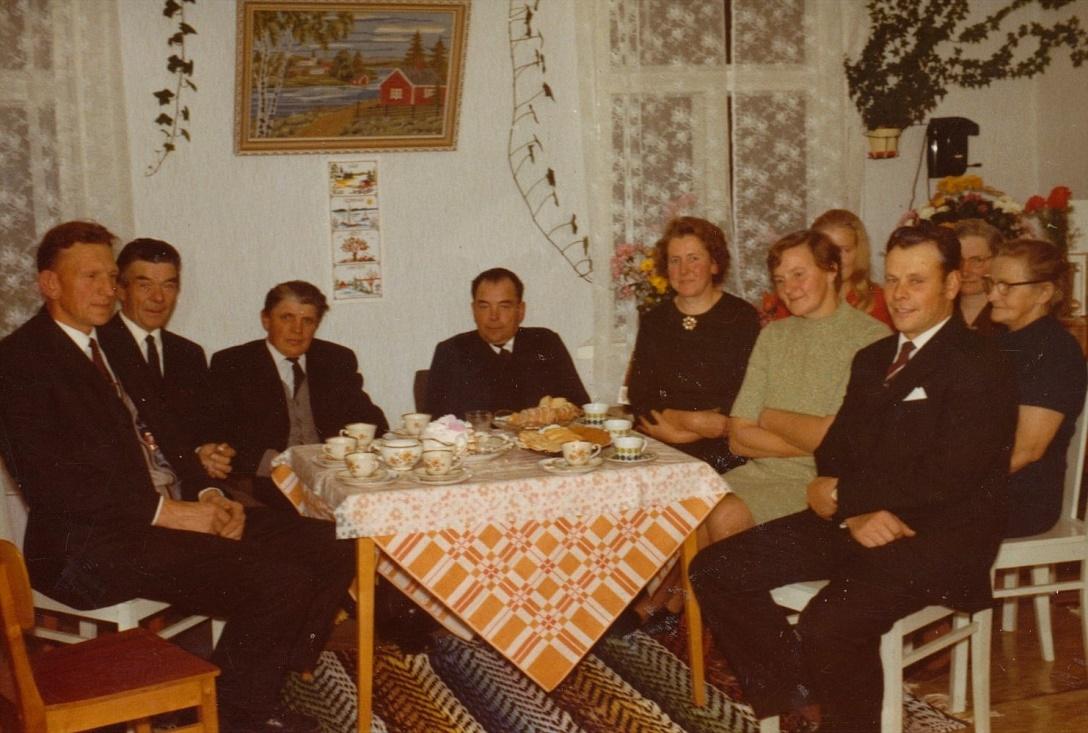 Här är släkten samlad på kalas hos Öist i Norrviken, från vänster Ture Nybond, Frans Lindfors, Eliel Holmberg, Elis Öist, Elvi Öist, Gunni Skoglund och Albert Skoglund. Bakre raden lite skymd Gertrud Holmberg, Signe Holmberg och Elna Lindfors.