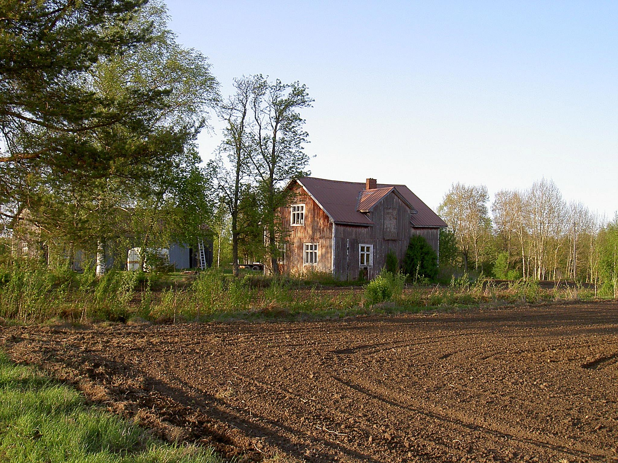 Så här såg Lindfors gård ut år 2003, fotograferad från väster.