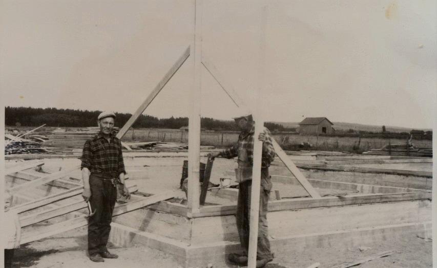 Här byggarna Pihlajamäki från Vanhakylä och Rantamäki från Alakylä som just rest upp den första knuten till det nya snickeriet 1967.