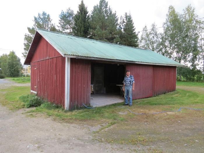 På bilden står Ilpo Myllyniemi framför ingången till måleriet, där inredningsartiklar som skåpdörrar och lådor sprutmålas med flerkomponentfärger. Ilpo tillverkar köksskåp och garderober, som han för det mesta själv monterar hos kunden.