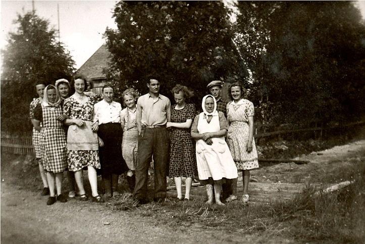 """Frida Klemets som var piga hos Frans Storkull gifte sig sommaren 1950 med Reino Rajala från Bötom och fotot togs dagen efter bröllopet då kockar och uppassare samlades framför Frans Storkulls gård. Från vänster Gerda Storkull, """"Ottoas-Elin"""" Rosenback, Senja Puputti med dottern Anja som syns lite bakom Hjördis Skoglund som var kusin till Frida Klemets. Följande är Fridas mor """"Skräddarinas-Tilda"""" och bredvid henne står Elna Lindfors. Den långa mannen är Reino Rajala med hustrun Frida och bredvid Frida står """"Sanderas-Mina"""" Viiala från Palon och längst till höger står Fridas bror Nils och Helvi Klemets."""