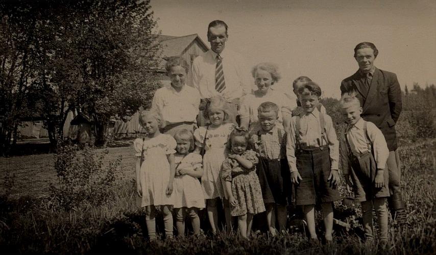 Här på bilden familjen Gunnar och Elin Jeppson till vänster och familjen Elna och Frans Lindfors till höger framför Lindfors gård på Åbackan.