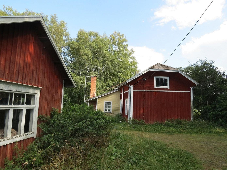 Lillstugan till vänster och huvudbyggnaden till höger. Foto från år 2014.