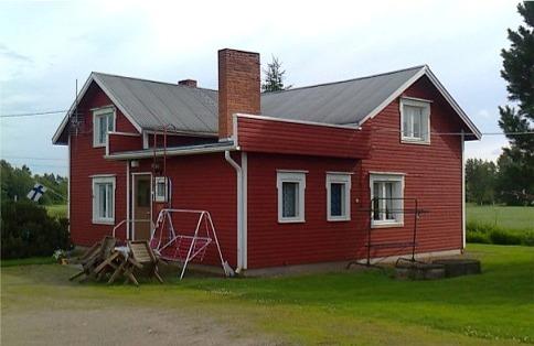 Erland och Finas lillstuga har blivit tillbyggd flera gånger och så här ser den ut från gårdssidan, alltså från norr. Fotot från 2012.