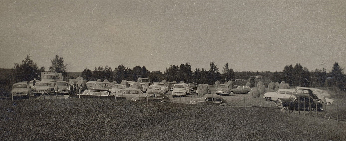 Det blev bråttom med att bärga höet på ett passligt område för att Lasses och Else-Majs bröllopsgäster skulle kunna parkera sina bilar bland höstörarna.