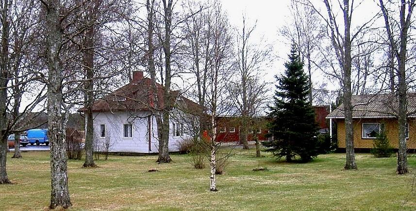 Lillstugan som byggdes ungefär 1915 står fortfarande kvar, men det gamla bostadshuset revs år 1969 och ett nytt hus uppfördes på samma ställe, syns till höger på bilden. Fotot taget från nordväst våren 2003.