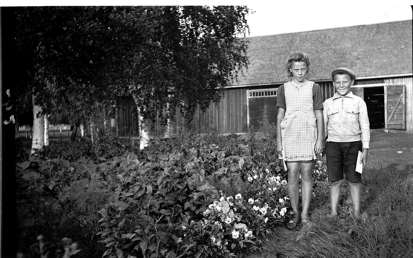 På Selim Björses foto står Birgit och Paul Englund och visar upp sitt klubbland.
