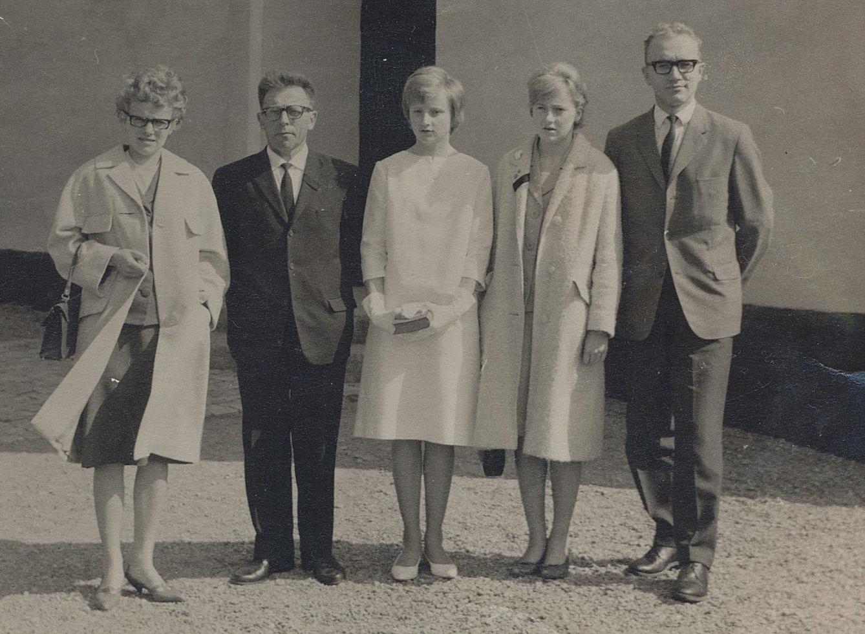 Fotot från 1964 då Else-Maj, som numera heter Emma, konfirmerades i Badelunda kyrka i Västerås. Mamma Tyyne hade dött året innan. Andra från vänster är Artur Storkull tillsammans med barnen från vänster Carita, Else-Maj, Evi och Rurik.