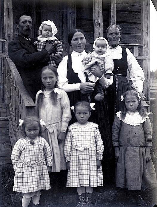 Här på trappan till lillstugan står Erik Anders Englund med hustrun Manda och modern Anna Greta, tillsammans med sina 6 första flickor. Foto Viktor Nylund, Traditionsarkivet i Vasa.
