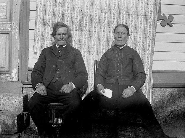 """Här sitter Josef """"Koll-Josip"""" Storkull och hans hustru Anna Greta, som kallades för Anagret. Josip var känd som en snäll och foglig man medan Anagret var mera bestämd av sig. Foto Viktor Nylund, Traditionsarkivet i Vasa."""