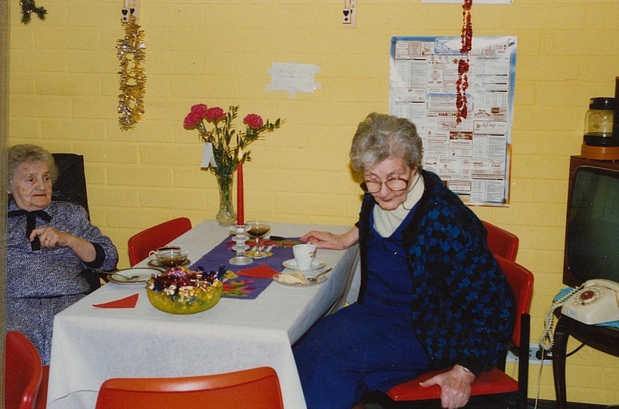 Då Elna Lindfors t.v. fyllde 80 år på pensionärshemmet i Lappfjärd så uppvaktades hon av Ingeborg Gröndahl från Åbackan.