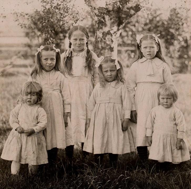 Erik Anders och Amanda fick hela 7 flickor i följd, här de sex äldsta år 1922. Från vänster Helga, Estrid, Gerda, Ellen, Inga och Anna.
