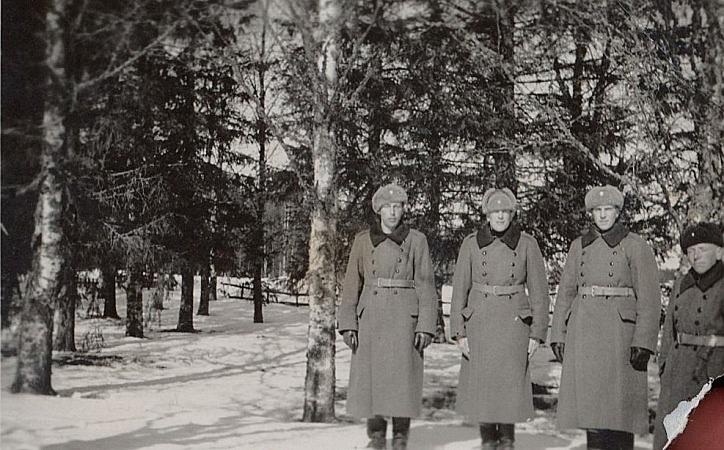 Frans Storkull var aktivt med i skyddskårens verksamhet men han blev inte uttagen till kriget. Frans som också kallades Lill-Frans står här längst till höger bilden och här syns det bra att han var huvudet kortare är sina 3 kamrater.