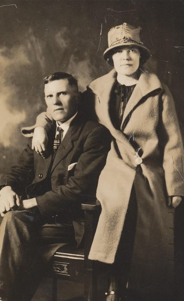 På bilden Erland Norén tillsammans med dottern Anni. Erland var ju son till Koll-Josip och Anna Greta. Erland emigrerade till Canada år 1926 och han hade inte mycket kontakt till hembyn under de 40 år som han bodde där.
