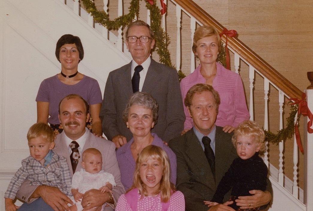 Elna Lindfors´ mor Vilhelmina hade en syster Selma som gifte sig med en Dahlberg från Sverige och de emigrerade sedan till Amerika. Mannen där bak är Selmas son Carl Dahlberg och framför honom sitter hustrun Rita. Deras dotter Elisabeth står till höger och deras son Eric sitter till vänster.