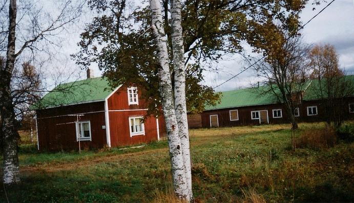 Knut och Hilda Santamäkis gård fotograferad 1998 från landsvägen.