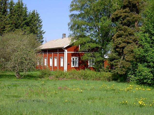 Här i Hällbackas gård på Åbackan var den finska folkskolan inrymd några år fram till 1953 då den nya skolbyggnaden togs i bruk.