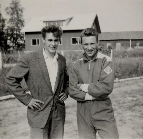 Här Åke Hammarberg och Stig Rosenback på invigningen av den nya sportplanen år 1957. I bakgrunden Nils och Aina Eklunds nybyggda gård.