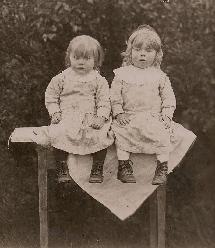 På bordet sitter tvillingarna Anna och Helga Englund.