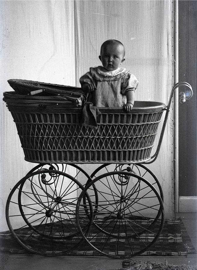 Här Gerda Englund i den fina barnvagnen. Foto Viktor Nylund, Traditionsarkivet i Vasa.