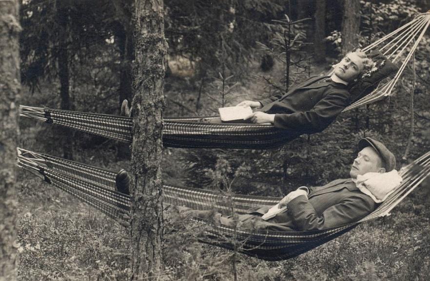 Emil Storkull närmare kameran, vårdades på sanatoriet Röykkä i Nummela och det gällde att vistas så mycket som möjligt ute i friska luften. Sanatoriet som låg långt ifrån övrig bebyggelse är i dag i dåligt skick men är tänkt att bli en förläggning för asylsökande flyktingar.